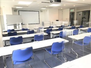 SIビル貸会議室|アクリル板設置 教室型2名掛け写真